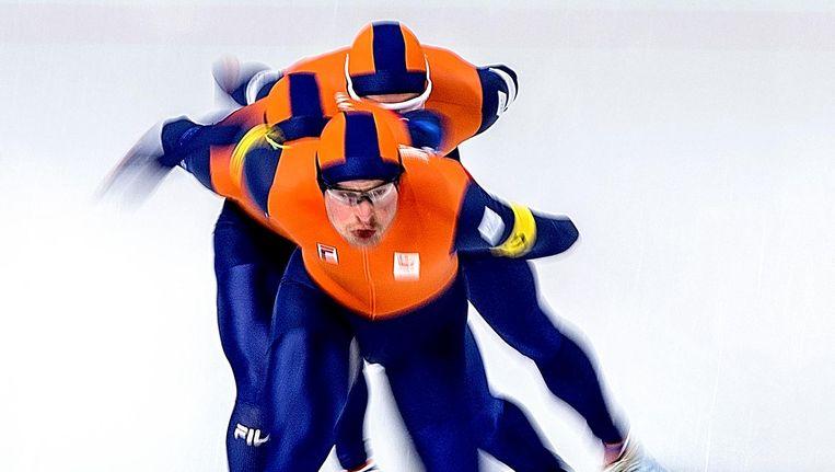 De achtervolgingsploeg van Nederland achter Sven Kramer. Beeld Klaas Jan van der Weij / de Volkskrant