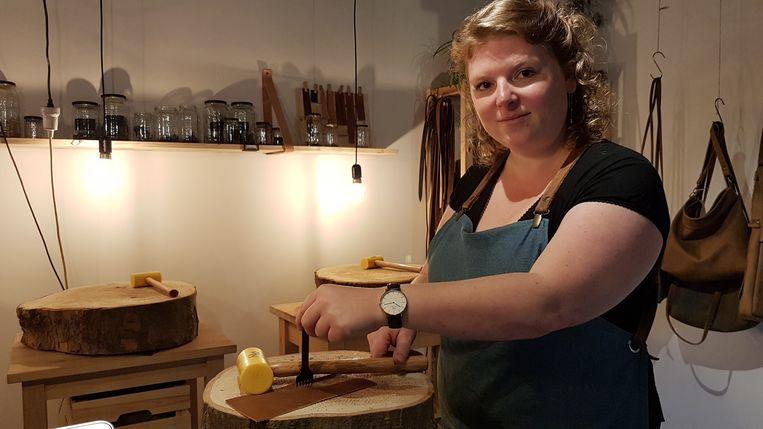 Ibi Szabo aan het werk in haar atelier. Ze maakt handtassen uit leer.