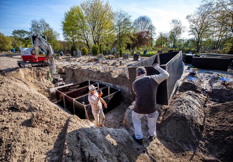 Op de islamitische begraafplaats in Almere worden nieuwe graven klaargemaakt. Beeld Raymond Rutting / de Volkskrant
