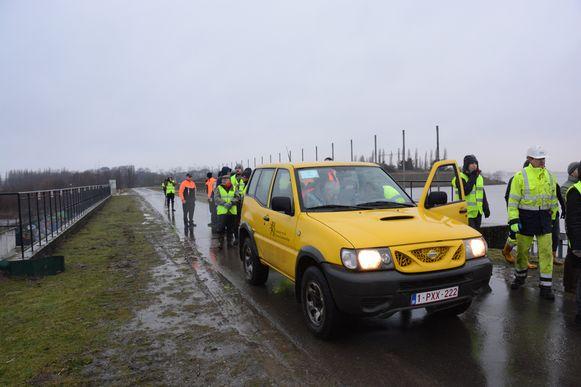 Een delegatie van de gemeente, de universiteit en W&Z ging gisteren poolshoogte nemen aan de overloopdijk die net niet overstroomde.