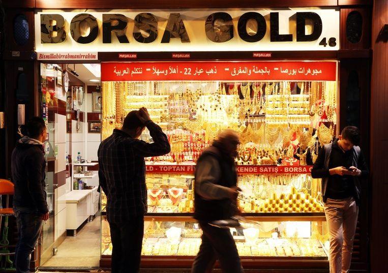 Voorbijgangers bij een juwelier op de Grand Bazaar in Istanboel. Beeld afp