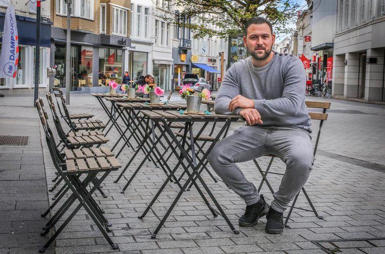 Rens Deweer van koffiezaak Maona mag zaterdag enkel een rijtje tafels en stoelen laten staan.