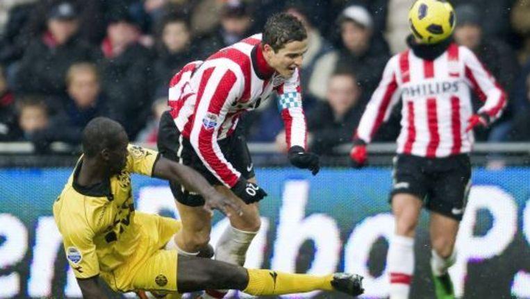Ibrahim Afellay van PSV in duel met Pa-Modou Kah van Roda JC. ANP Beeld