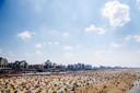 Zonaanbidders op het strand van Scheveningen.