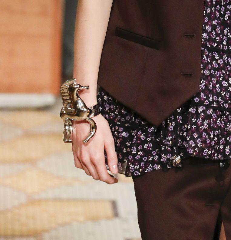 Opvallende armband gespot bij de herfst-wintercollectie 2018 van Altuzarra tijdens Paris Fashion Week.