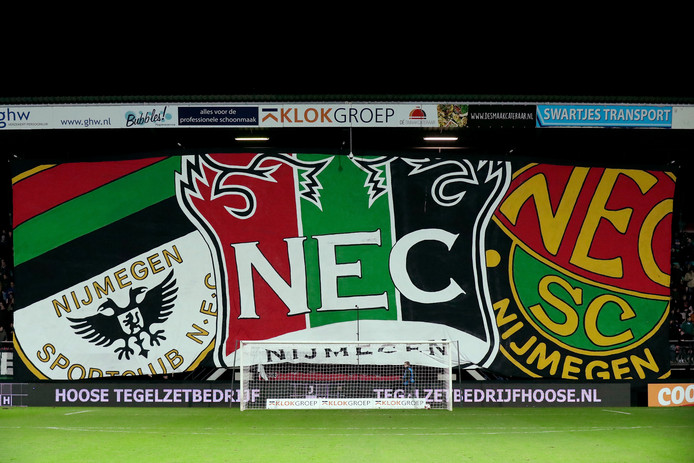 Het enorme spandoek van de NEC-fans