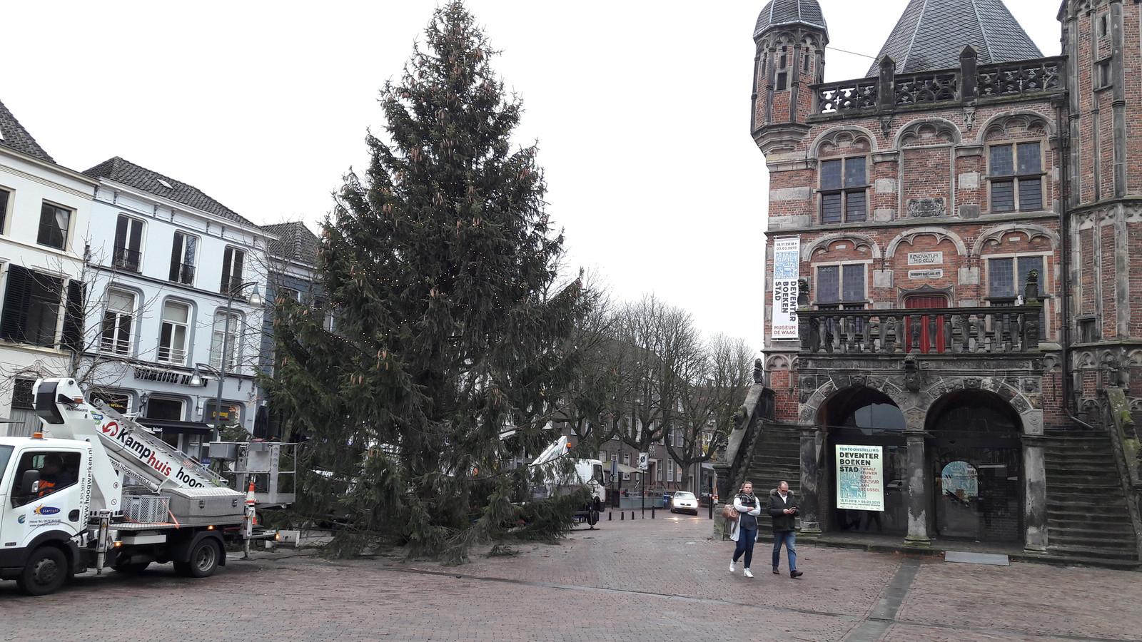 de verlichting in de kerstboom op de brink doet het