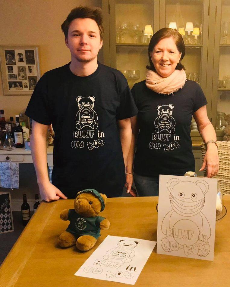 Viktor en zijn moeder Veronique Verhoeven uit Lede wilden oorspronkelijk enkel een 'coronaberen'-T-shirt voor zichzelf maken.