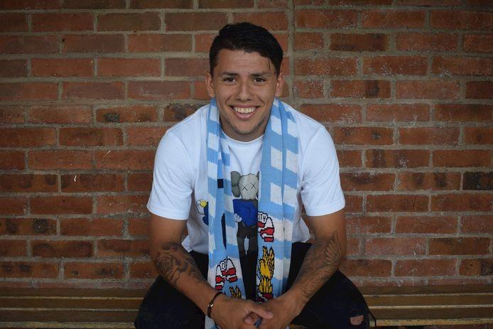 Gustavo Hamer poseert als nieuwe speler van Coventry City.
