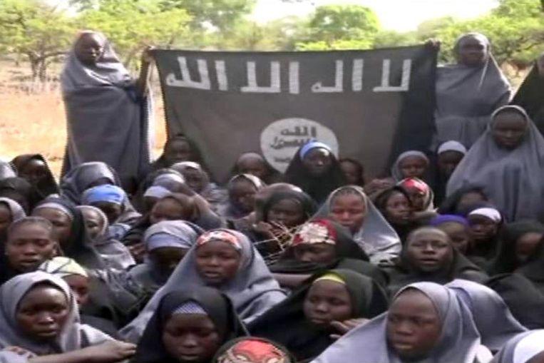 Boko Haram verspreidde deze week een video van de ontvoerde meisjes met de boodschap dat ze de gekidnapte kinderen willen ruilen voor vrijlating van gevangen Boko Haram-leden. Beeld anp