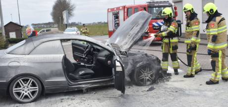 Auto vliegt in brand op parkeerplaats A2 bij Bruchem