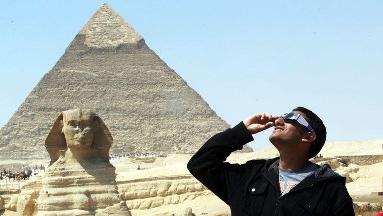 De piramides van Gizeh, tijdens een zonsverduistering in maart van dit jaar. Beeld EPA