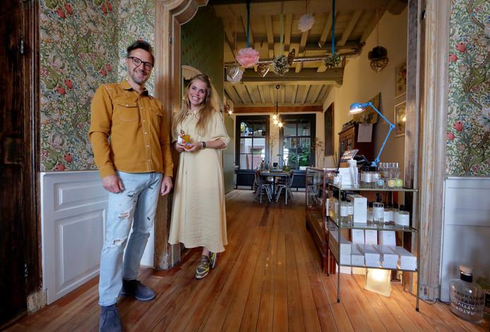 Gertjan Ophorst en Janou Bode op de begane grond in hun winkel-woning aan het Vlak in Dordrecht.