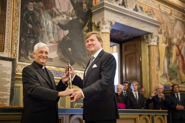 Koning Willem-Alexander kreeg vandaag in de bibliotheek van het Apostolisch Paleis in het Vaticaan de aan Willem van Oranje toegeschreven bevelhebbersstaf overhandigd. Beeld ANP