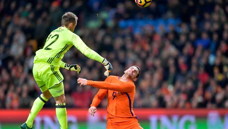 Vincent Janssen komt in botsing met de Belgische keeper Mignolet. Beeld photo_news