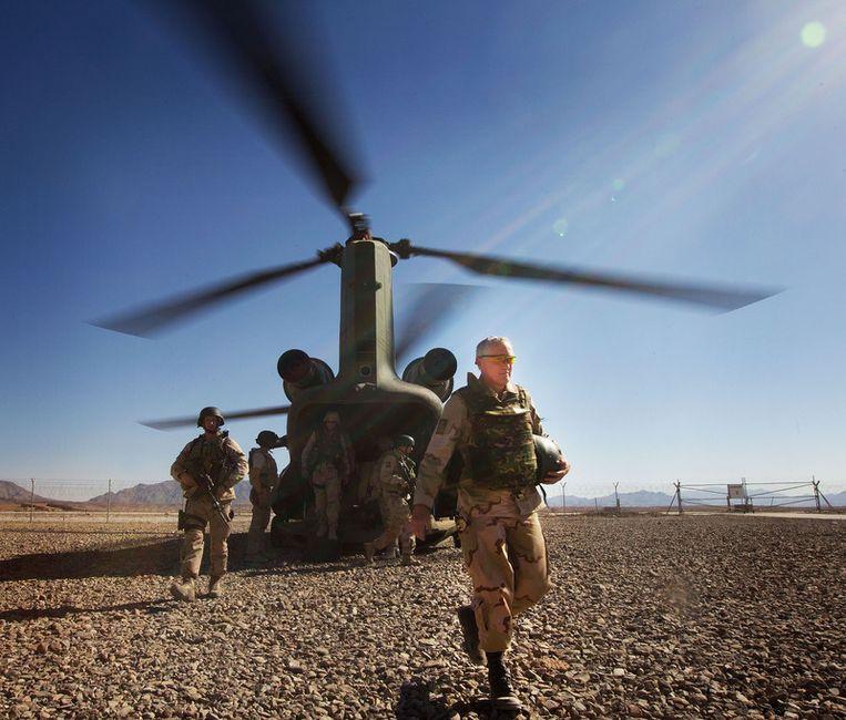 Vlak voor het einde van de missie van het Nederlandse leger in Uruzgan brengt Commandant der Strijdkrachten Peter van Uhm (R) een bezoek aan deze Afghaanse provincie. © anp Beeld