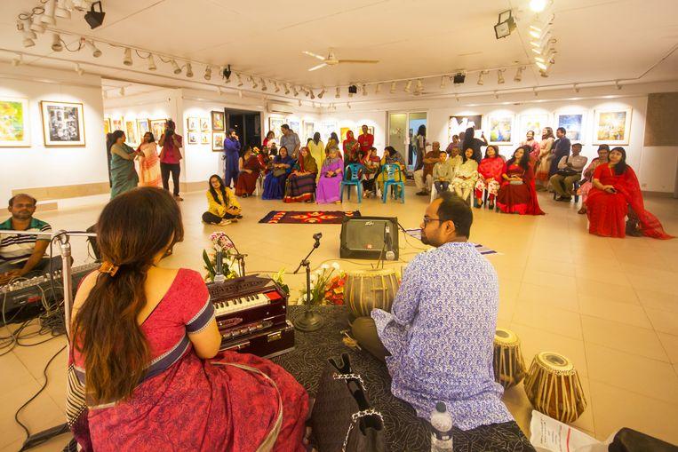Elke avond is er wel ergens in Dhaka een vernissage, zoals hier in Galerie Drik. Beeld null
