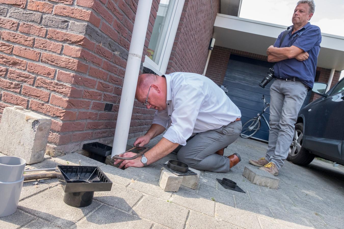 Wethouder Kees Weststrate brengt het eerste ontlastputje aan bij beleidsmedewerker water Jan Joosten.