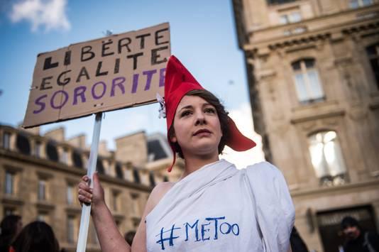 Een demonstrant van de #metoo-beweging in Frankrijk.