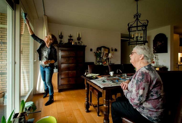 Een medewerkster van de thuiszorg verzorgt de woning van een cliënt. Beeld ANP