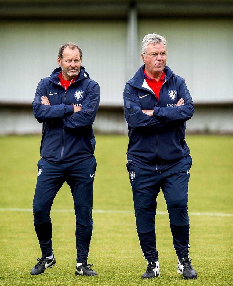 Huidig bondscoach Danny Blind (links) en zijn voorganger, Guus Hiddink. Beeld null