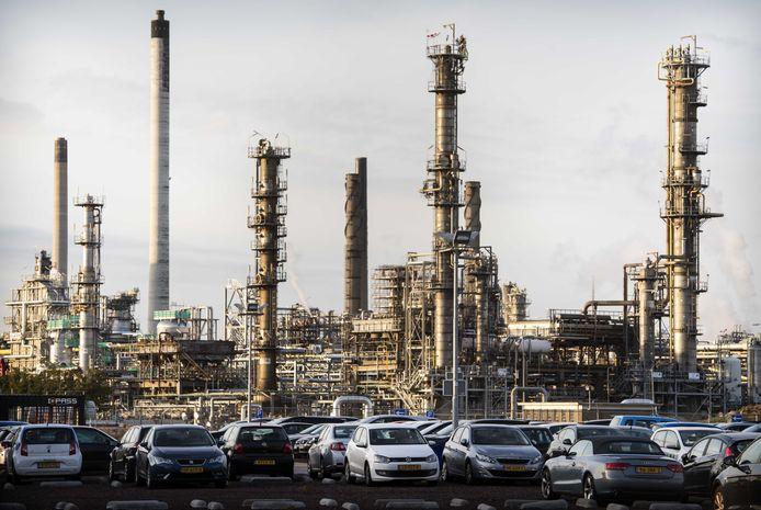 De raffinaderij van Shell in de Rotterdamse haven.