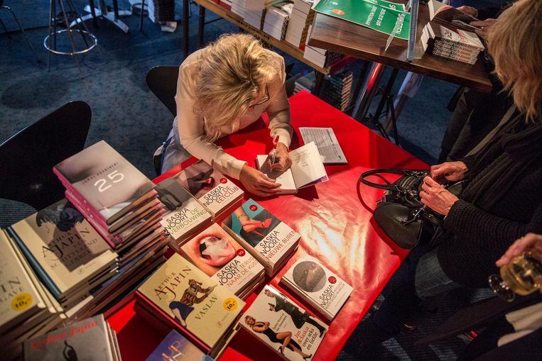 Saskia Noort signeert haar boeken. Beeld null