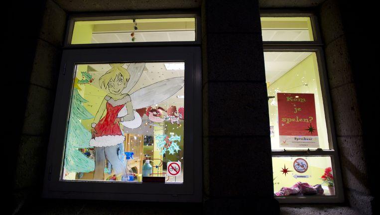 Kindertekening op een raam van kinderdagverblijf 't Hofnarretje aan de Van Woustraat in Amsterdam, waar hoofdverdachte Robert M. werkte. Beeld anp