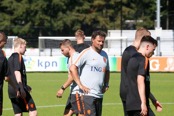 Max Raeven (midden) op het veld als trainer van het Nederlandse CP-team.