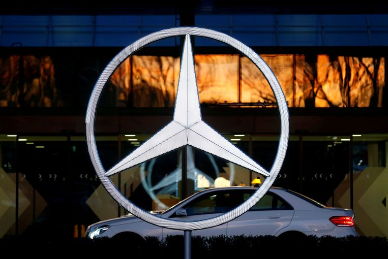 FILE PHOTO: A Mercedes Benz logo is pictured at a customer center at the Mercedes Benz factory in Sindelfingen, Germany, January 24, 2018.   REUTERS/Ralph Orlowski /File Photo