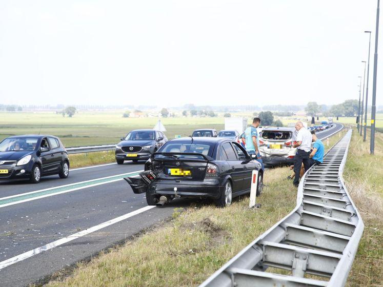 Wéér gaat het fout op N50 Kampen: 2 auto's en vrachtwagen klappen op elkaar