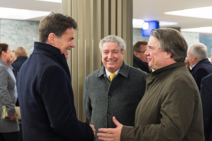 Burgemeester Depla (l) begroet voor vertrek naar Antwerpen zijn collega Jacques Niederer van Roosendaal (m) en commissaris van de koning Van de Donk.