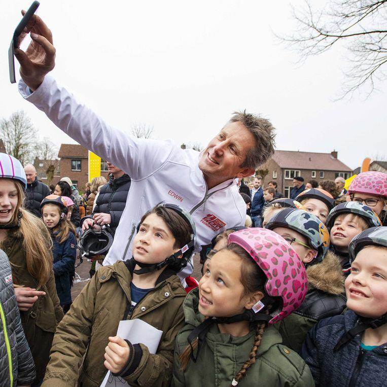 Edwin van der Sar met scholieren in Doetinchem in april 2019, bij de uitreiking van 30 duizend fietshelmen namens de Edwin van der Sar Foundation en de ANWB om de veiligheid in het verkeer te vergroten. Beeld EPA