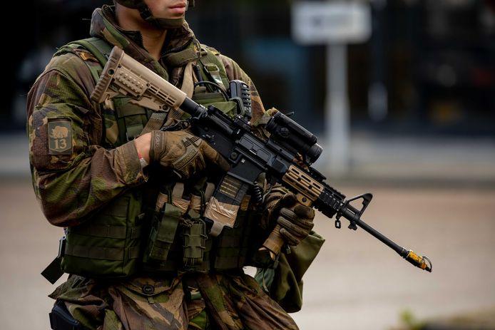 Het personeelstekort bij Defensie moet opgelost worden met werven van militairen uit het buitenland, zeggen vakbonden en belangenorganisaties.