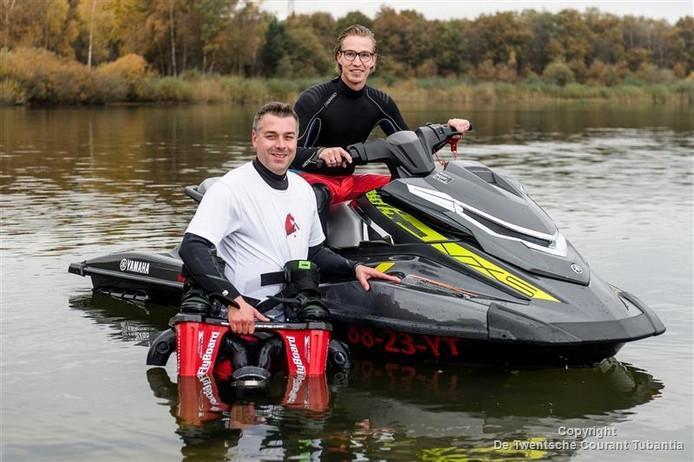 Eigenaar Freek van der Wees (l) en instructeur Tijmen Rutering.