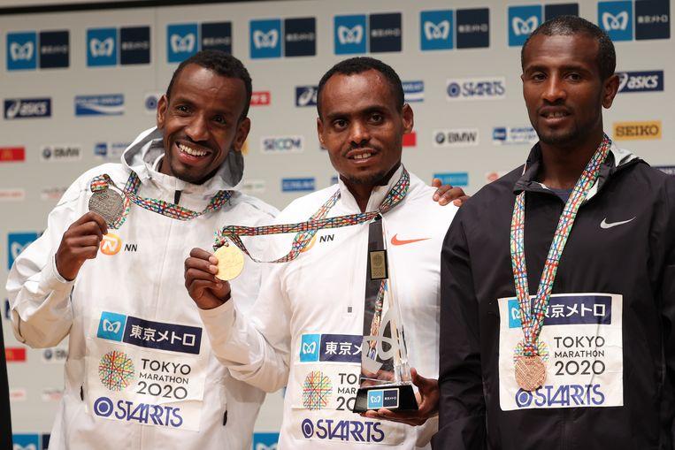 Bashir Abdi (link): 'Ik had vroeger niets met atletiek: voetballers lopen nog achter een bal, maar atleten achter elkaar. Die logica ontging mij.' Beeld Getty Images