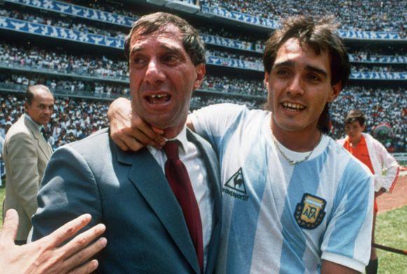 Carlos Bilardo met Pedro Pasculli op een archiefbeeld in 1986.