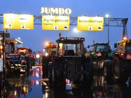 Boze boeren blokkeren met trekkers distributiecentrum Jumbo in Woerden