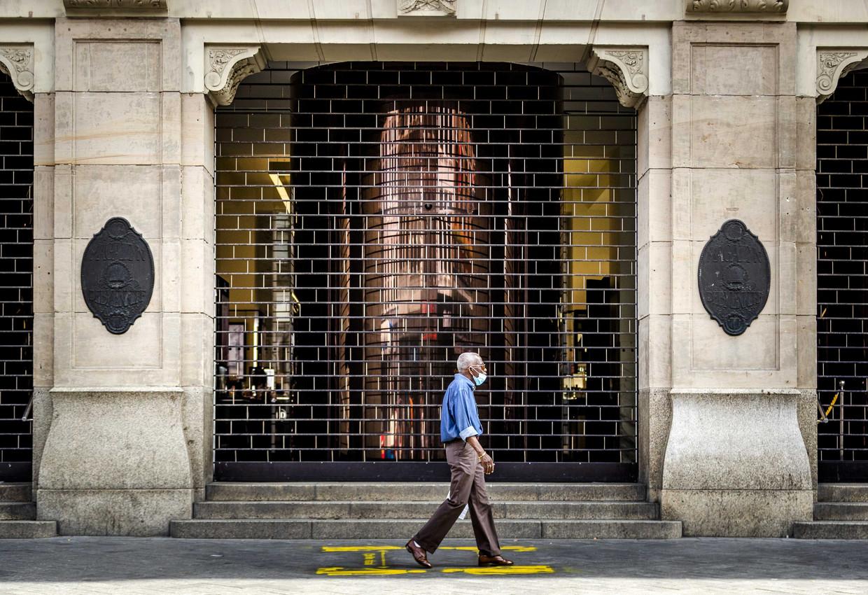 Gesloten deuren bij de Bijenkorf in Amsterdam. Beeld EPA