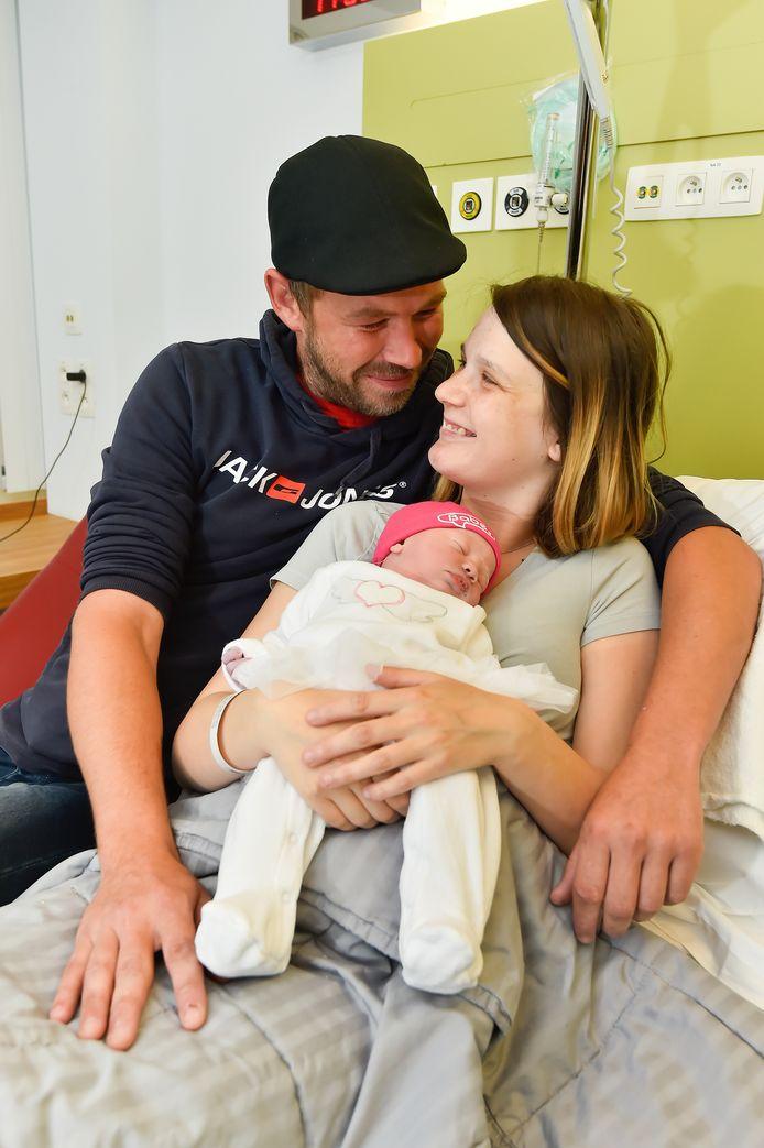 Trotse ouders Manolito Vanhauteghem en Tatiana Van Cauwenberghe met dochtertje Mila.