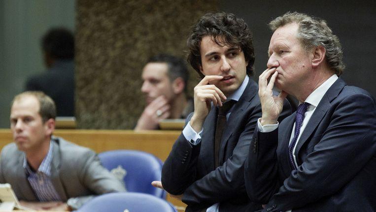 Bram van Ojik (R) en Jesse Klaver (M). Van Ojik verlaat de Tweede Kamer. Hij wordt opgevolgd door Klaver. Beeld anp