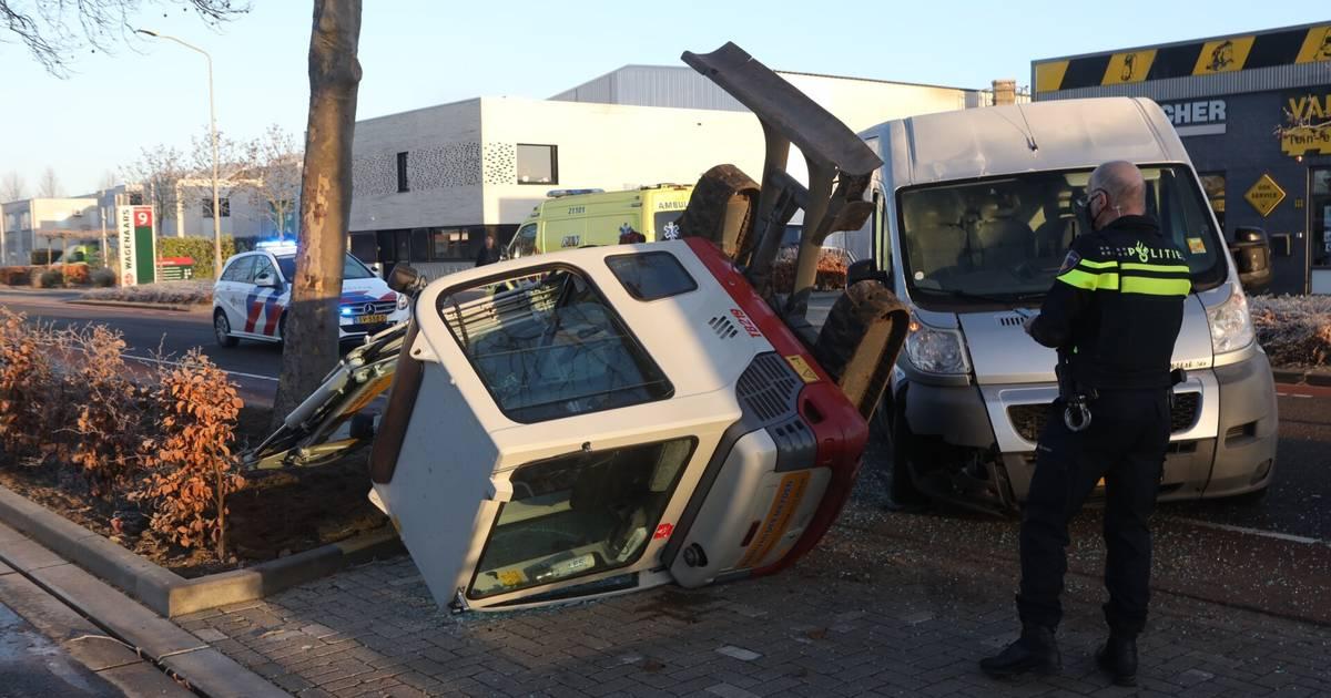 Graafmachinist lichtgewond na botsing met bestelbus op industrieterrein Boxtel.