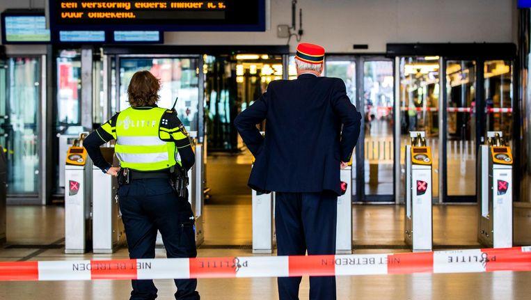 Een agente op Centraal Station na de terreurdaad. Beeld ANP