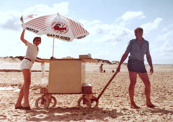 Jannis van de Voorde (rechts) begin jaren tachtig, met alleen een ijscokar.