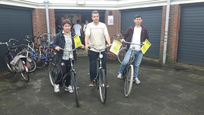 Van links naar rechts: Reza Rahimi, Hazem Obaydin en Youns Mirzaie kregen hun fietscertificaat.