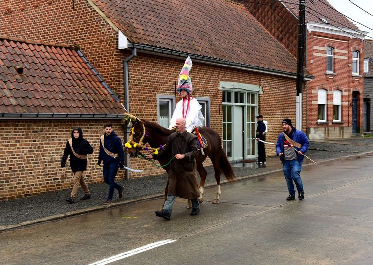 De Pauwel trok met zijn paard en apostels door de straten van Vollezele