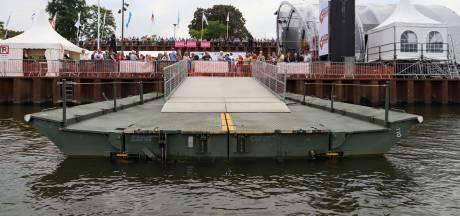 Tijdelijke pontonbrug voor wandelaars tussen Cuijk en Middelaar weer gelegd