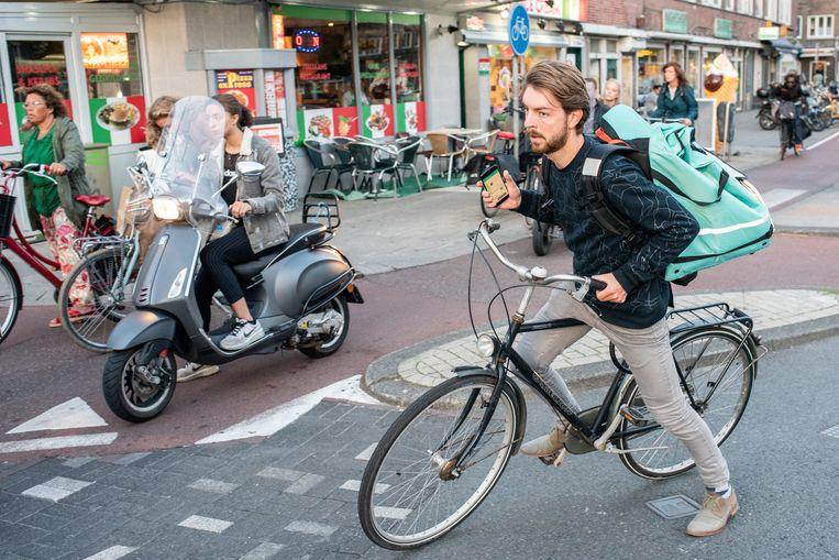Joost de Vries bezorgt voor Deliveroo.  Beeld Simon Lenskens