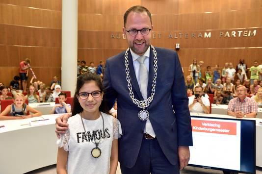 De nieuwe kinderburgemeester Romaissa Magouh, naast burgemeester Milo Schoenmaker.