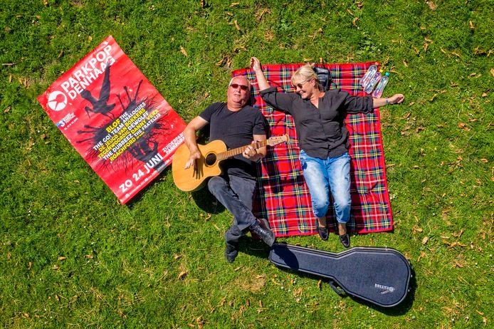 Guus Dutrieux en Claudia Raven op een picknickkleedje op de lege weide van het Zuiderpark. Dit weekeinde zouden honderdduizenden liefhebbers daar hebben genoten van een uitgebreid Parkpop-programma.